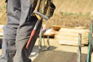 mani di un operaio sporche da lavoro